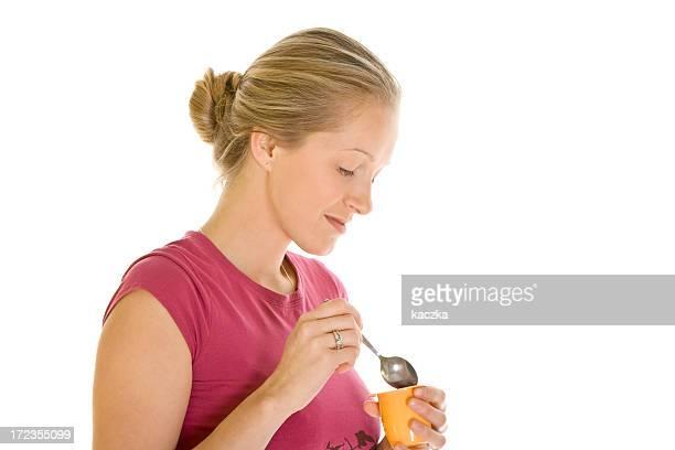 Schöne Frau, die ein Joghurt