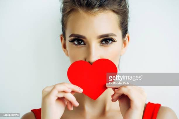 Schöne Frau holding Künstliches Herz