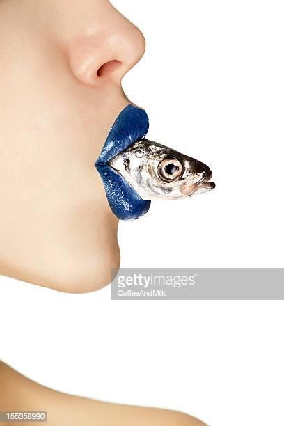 美しい魚を持つ女性彼女の口