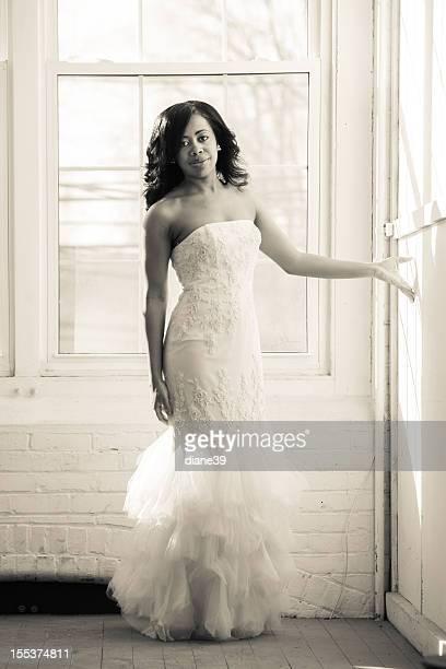 Belle femme dans une robe de soirée ou de mariée