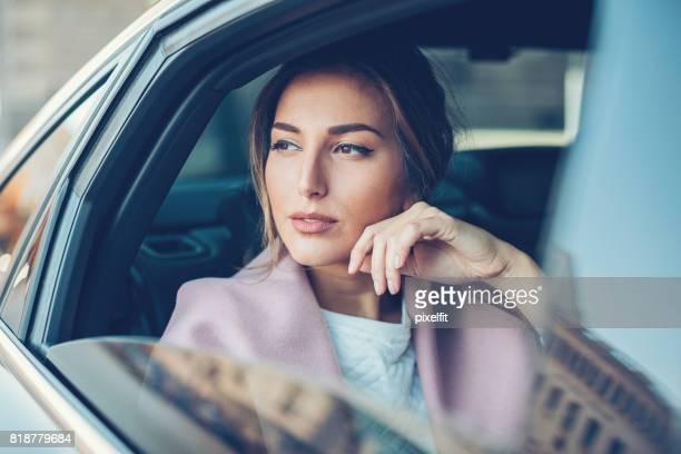 Belle femme dans une voiture