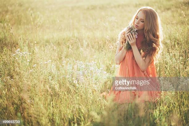 Belle femme dans un champ