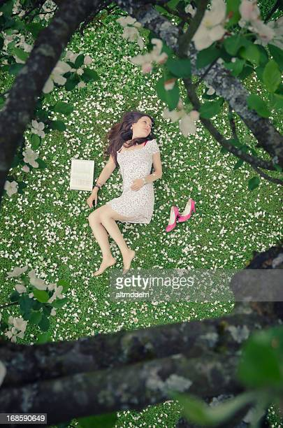Belle femme avec fleurs de pommier