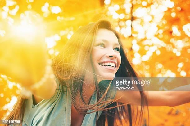 秋の景色の美しい女性