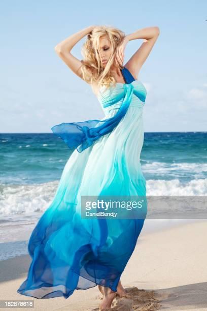 Schöne Frau im blauen Kleid