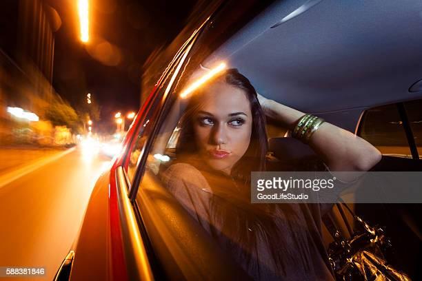 Mulher bonita no carro