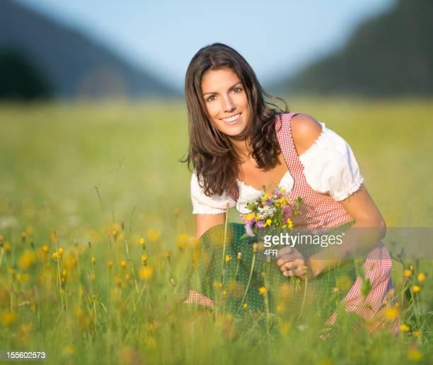 Schöne Frau im Dirndl Mode pflücken Blumen (XXXL)