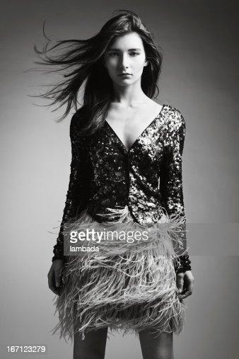 ファッショナブルな洋服にいる美しい女性