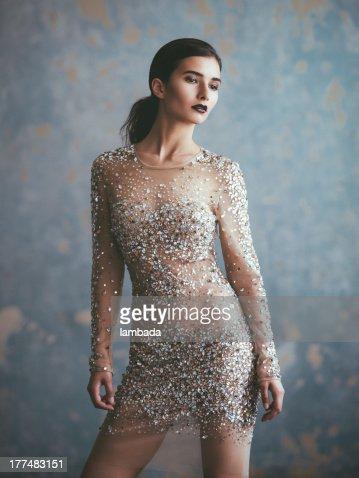 Schöne Frau im eleganten Kleid
