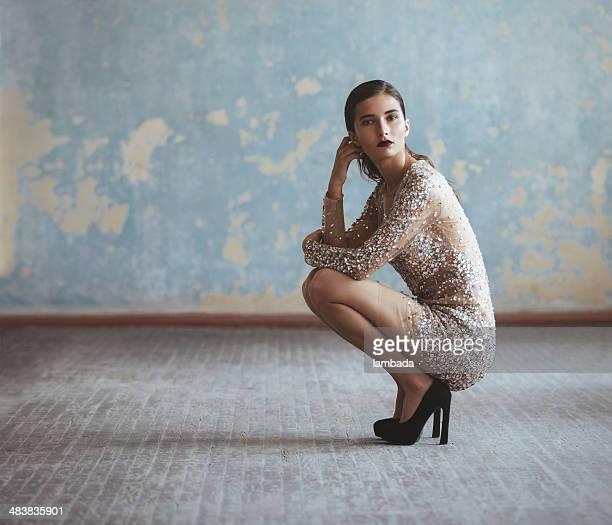Bellissima donna in abito di moda