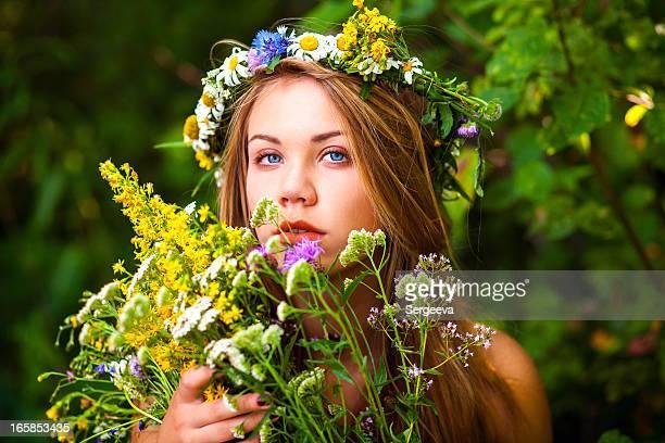 Schöne Frau mit Blumen Kranz