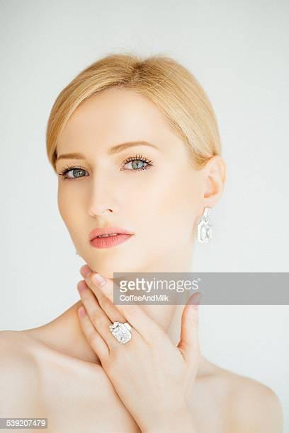 Belle femme à bijoux