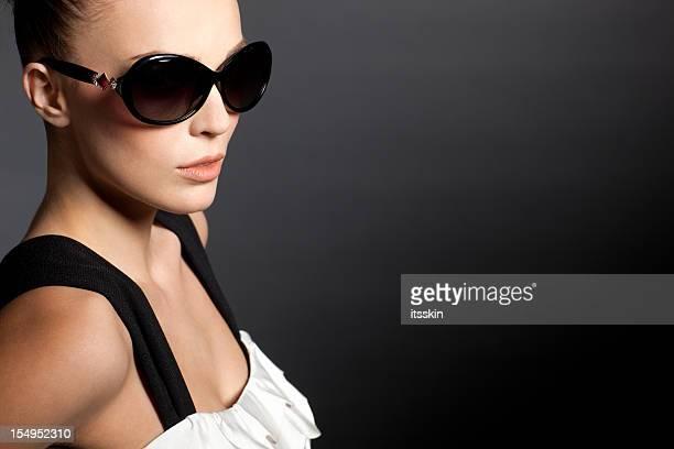Belle femme avec des lunettes de soleil