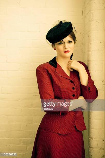 Schöne Frau in vintage forties Kleidung
