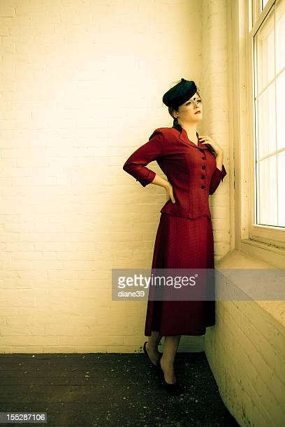 Belle femme en vêtements vintage quarante
