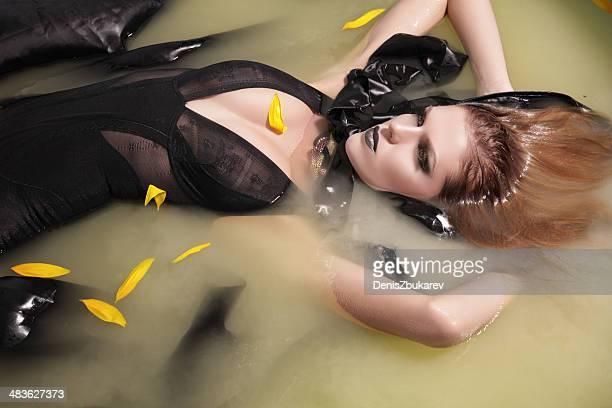 Schöne Frau im Wasser