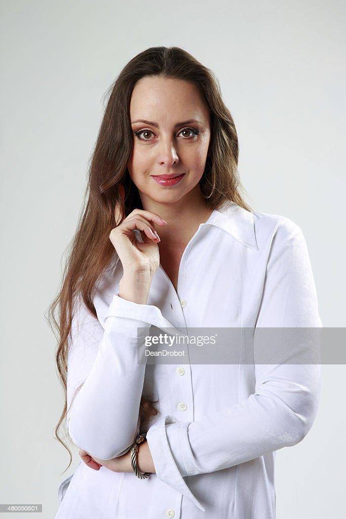 Bela mulher em t-shirt branca em Pé : Foto de stock
