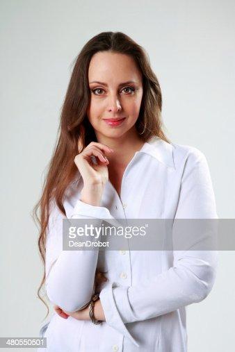 Hermosa mujer en blanco camiseta de pie : Foto de stock