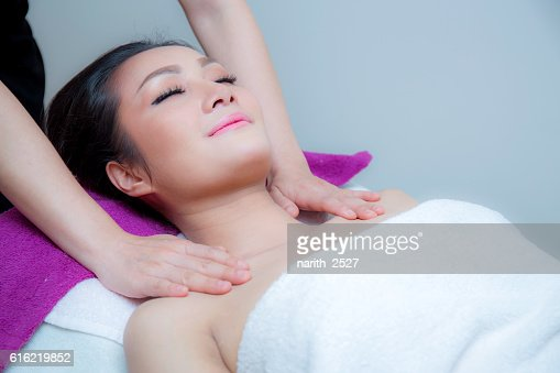 Beautiful woman is getting a facial massage : Stock-Foto