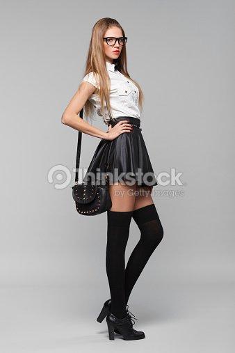 belle femme est dans le style de la mode noir minijupe fille fashion photo thinkstock. Black Bedroom Furniture Sets. Home Design Ideas