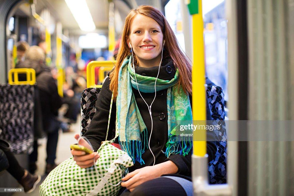 Schöne Frau hören Sie Musik von Ihrem Telefon auf dem : Stock-Foto