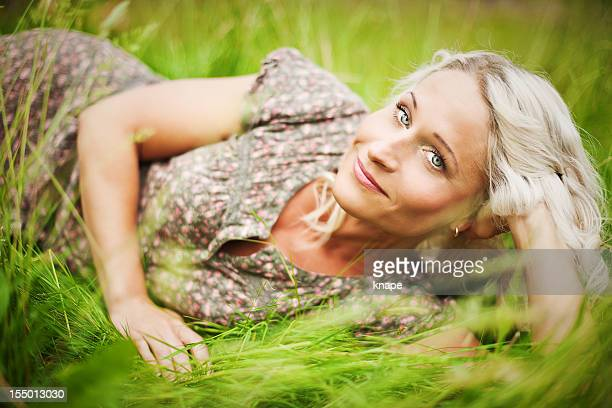 Hermosa mujer lying on grass
