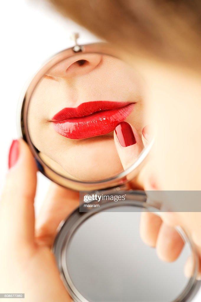 Schöne Frau make-up mit Hand Spiegel : Stock-Foto