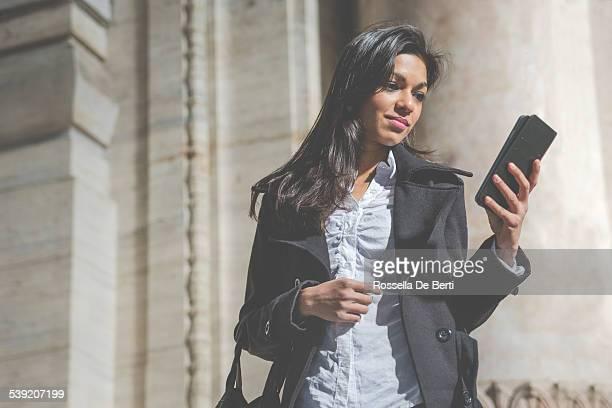 Bella donna fare una videochiamata
