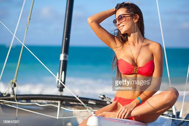Bela mulher no barco no Mar