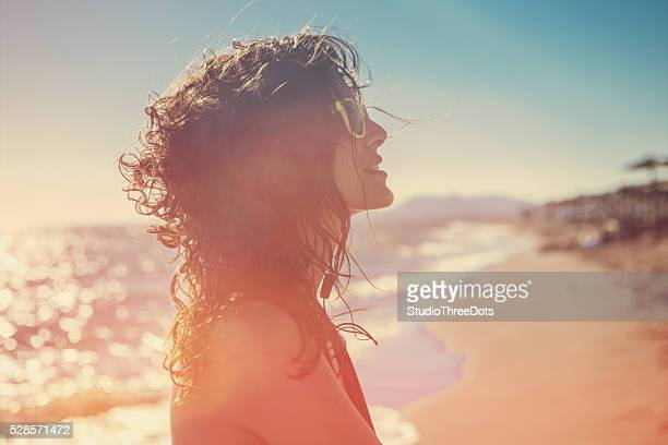 Belle femme sur une journée d'été exceptionnels