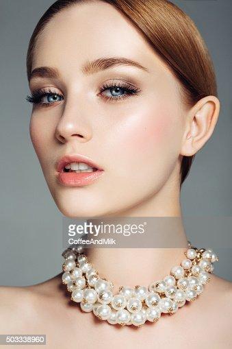Schöne Frau auf hellem Hintergrund