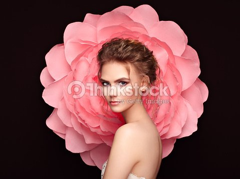 Beautiful woman on the background of a large flower : Foto de stock