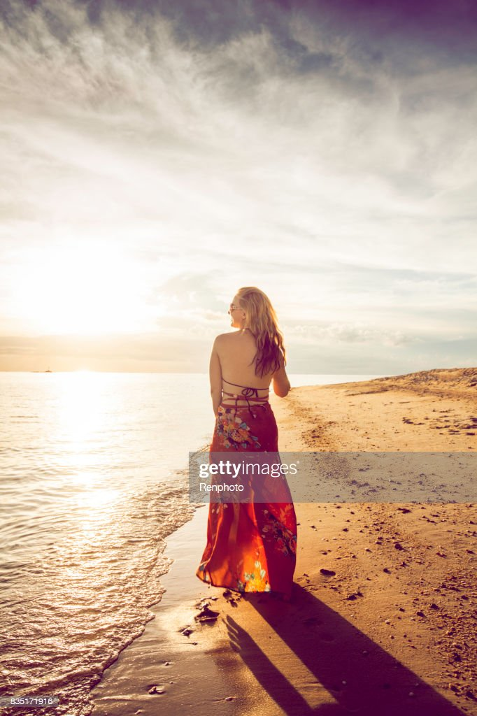 Belle femme sur la plage en Thaïlande : Photo