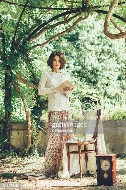 Linda mulher a ler um livro no Parque Mágico
