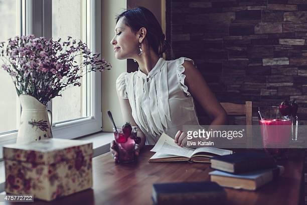 美しい女性の読書