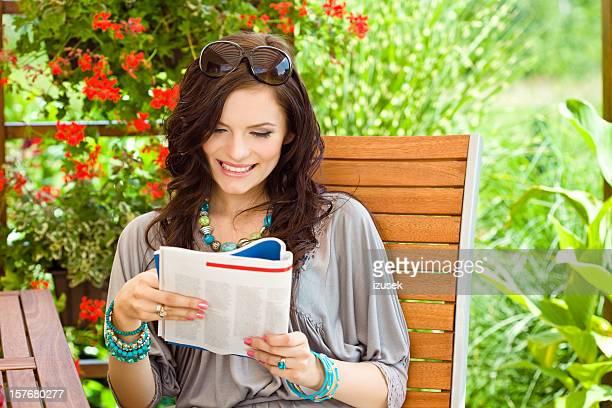 Schöne Frau lesen Magazin