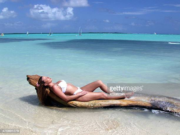 Hermosa mujer relaja en Bikini