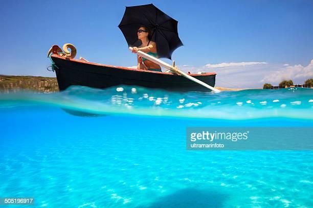 Mulher bonita de Remo de Barco de Pesca