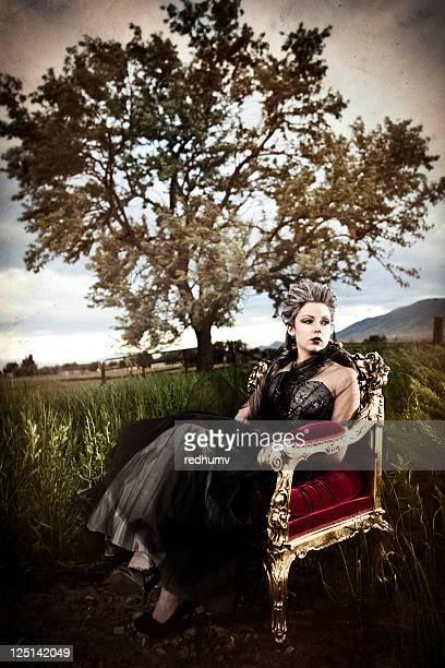 Belle femme assis sur le trône et Grande plante herbacée