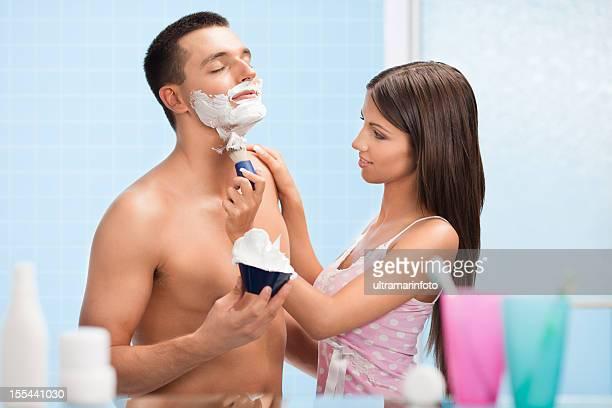 Bella donna rasatura un bell'uomo