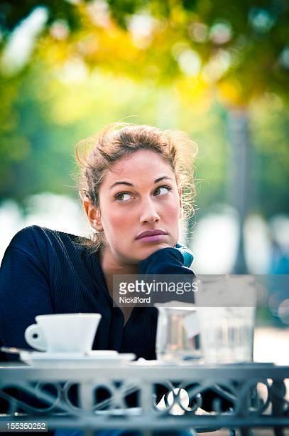 Bela mulher sentada em um café ao ar livre