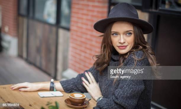 Mooie vrouw zitten in een cafe
