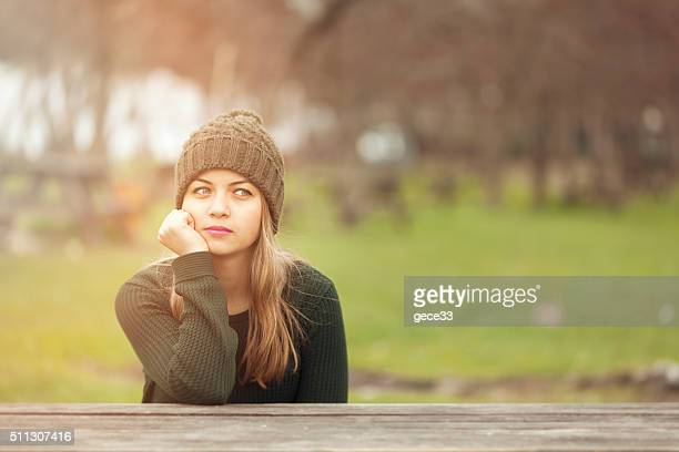 Belle femme pensant à l'extérieur dans le parc
