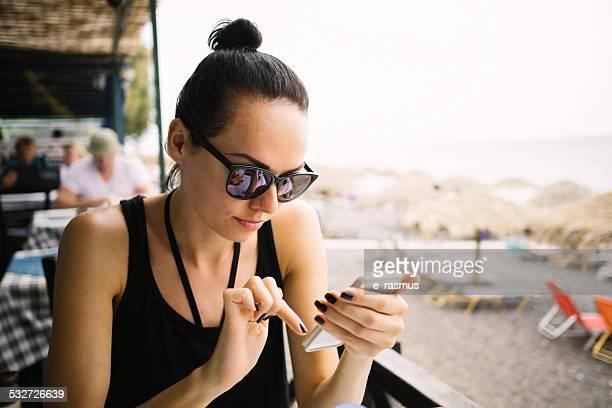 Schöne Frau mit smartphone