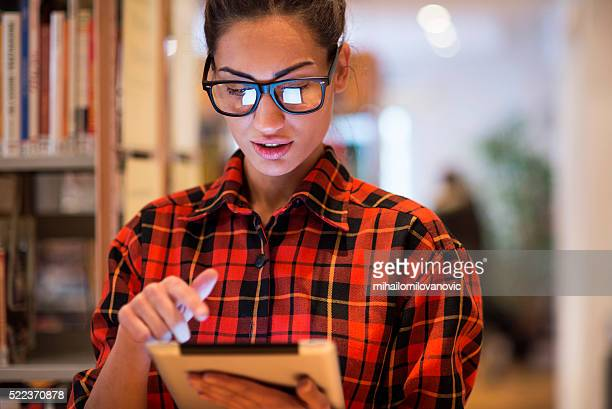 Bella donna utilizzando un tablet