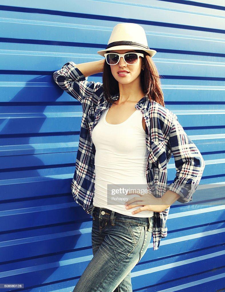 Schöne Frau in einem Stroh Hut, Sonnenbrille und karierte sh : Stock-Foto