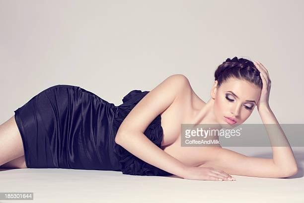 Schöne Frau mit schwarzen Kleid