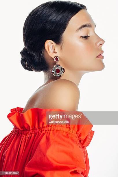 Schöne Frau mit Kleidung und Schmuck, haute couture