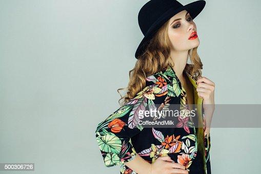 Hermosa mujer usar la ropa haute couture