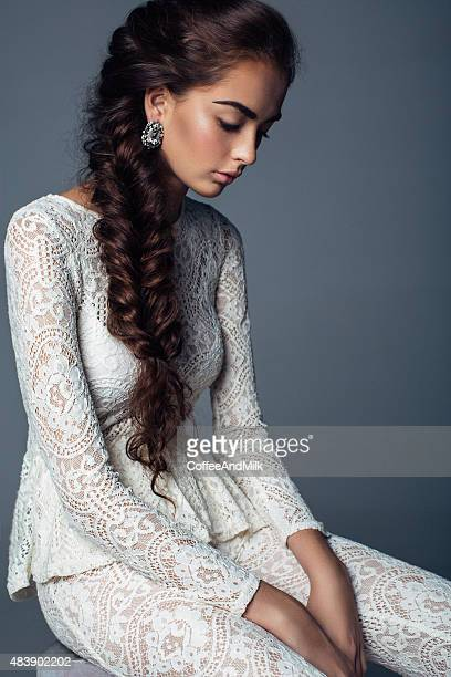 Schöne Frau mit cocktail-Kleid